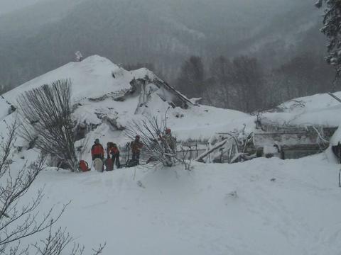 Abruzzo, valanga spazza via un albergo: 4 morti, si cercano i dispersi