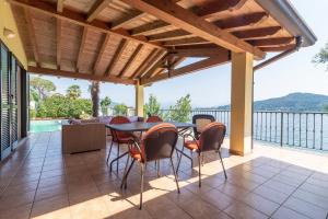 Paesaggio lacustre di una casa in vedita di tresa Luxury Real Estate